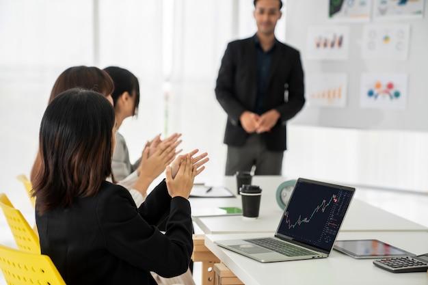 Geschäftsfrau bei der analyse von börsendaten mit laptop-computer kompetent