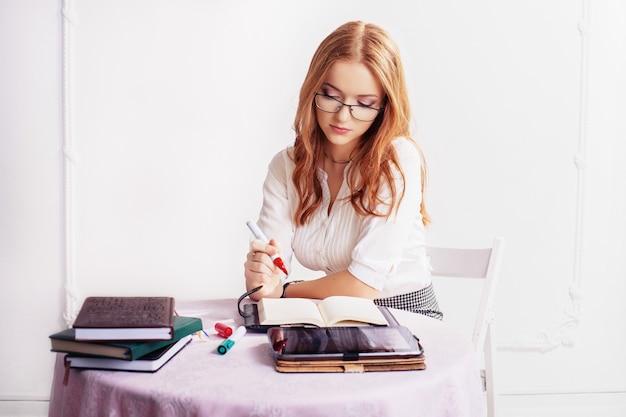 Geschäftsfrau beim nachdenken über arbeit.