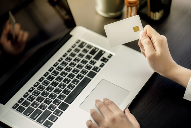 Geschäftsfrau benutzen kreditkarte, um online mit computer-laptop und tablette zu kaufen