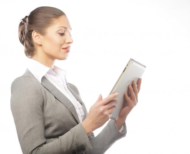 Geschäftsfrau benutzt einen mobilen tablet-computer