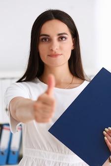 Geschäftsfrau bieten hand als hallo zu schütteln