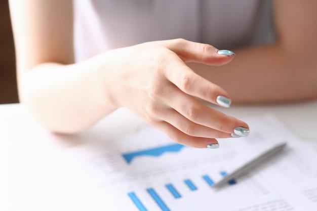 Geschäftsfrau bieten hand an, um als hallo in der büro-nahaufnahme zu schütteln