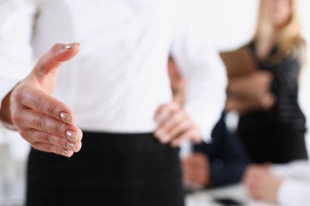 Geschäftsfrau bieten hand zum schütteln als hallo