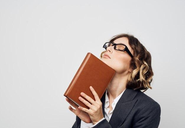 Geschäftsfrau bücher dokumentiert modell anzug frisur brille