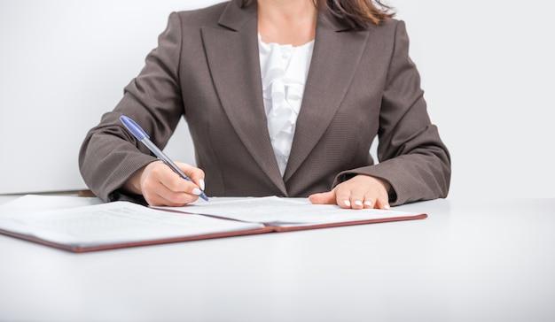 Geschäftsfrau, büroangestellter, der dokumente unterschreibt, geschäftskonzept