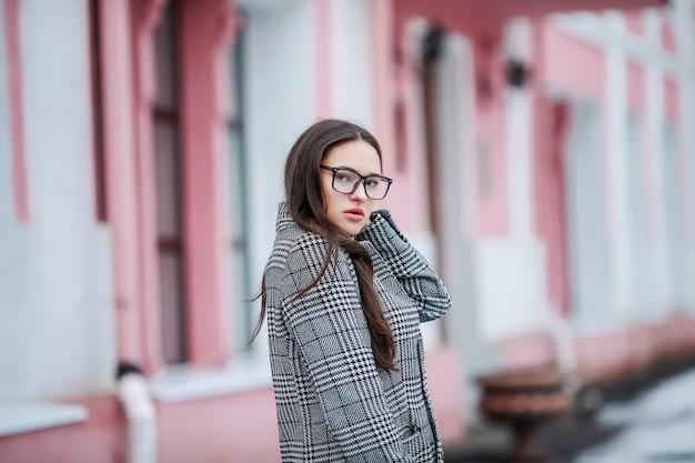 Geschäftsfrau der jungen frau in der jacke mit dem langen natürlichen haar und im schal