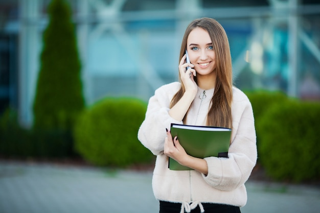 Geschäftsfrau, die am handy in lemberg-stadtbild spricht