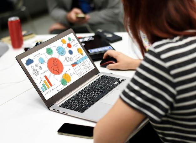 Geschäftsfrau, die am laptop im büro arbeitet