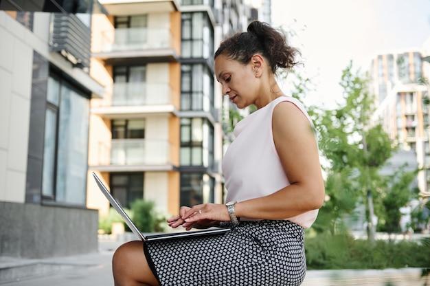 Geschäftsfrau, die am laptop im freien arbeitet. geschäft, remote-arbeit und start-up-konzept