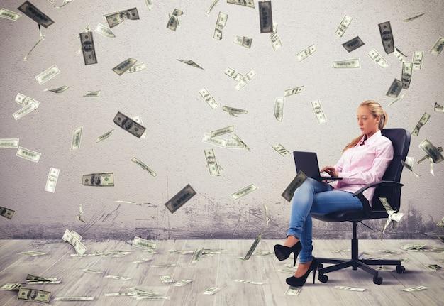 Geschäftsfrau, die am pc mit banknoten arbeitet