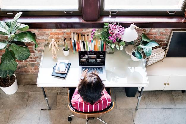 Geschäftsfrau, die am schreibtisch arbeitet