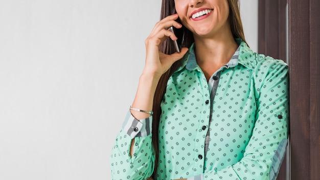 Geschäftsfrau, die am telefon mit kopienraum spricht