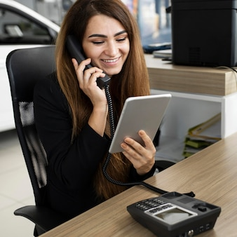 Geschäftsfrau, die am telefon spricht