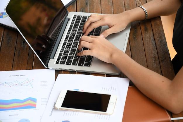 Geschäftsfrau, die an berichtpapier büro im im freien mit kommunikationsgang arbeitet