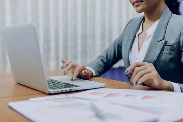 Geschäftsfrau, die an einem laptop arbeitet