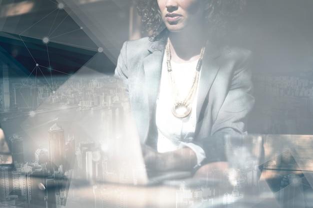 Geschäftsfrau, die an einem laptophintergrund arbeitet