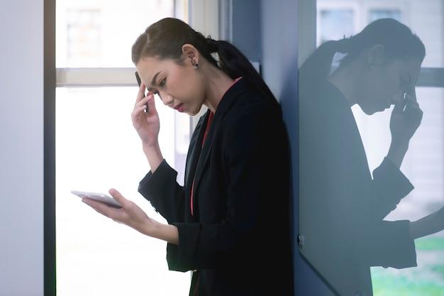 Geschäftsfrau, die an ihrem arbeitsplatz arbeitet