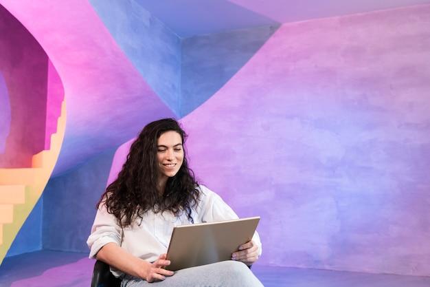 Geschäftsfrau, die an ihrem laptop arbeitet