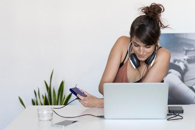 Geschäftsfrau, die an ihrem laptop bei der arbeit arbeitet