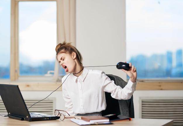 Geschäftsfrau, die an ihrem schreibtisch sitzt und büroleiterin arbeitet