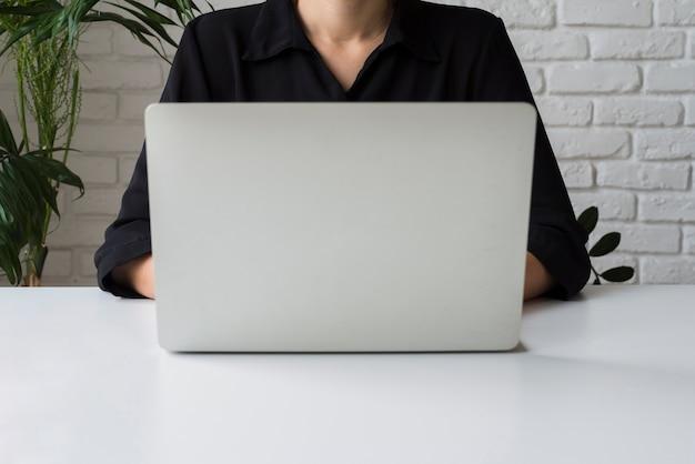 Geschäftsfrau, die an laptop arbeitet