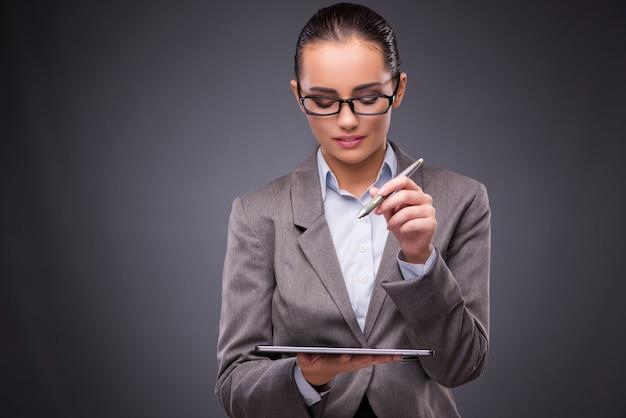 Geschäftsfrau, die an tablet-computer im geschäftskonzept arbeitet