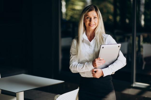 Geschäftsfrau, die an tablette arbeitet