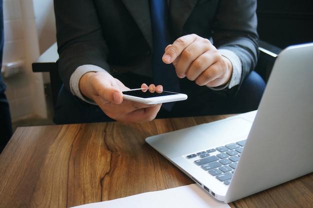 Geschäftsfrau, die an tablettenlaptop und -verbindungswifi des mobiltelefons arbeitet. mit spreadsheet dokument informationstechnologie konzept.