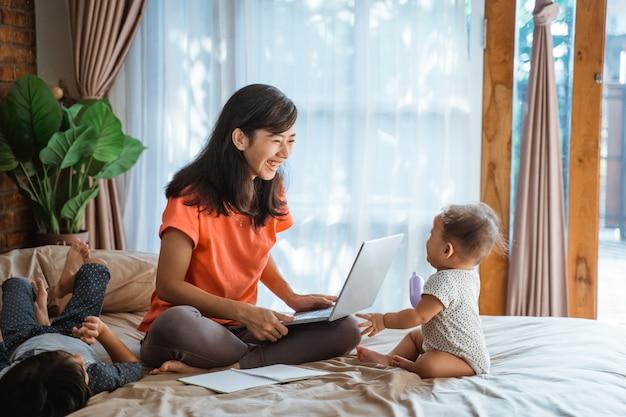 Geschäftsfrau, die arbeitet, während auf kinder aufpasst