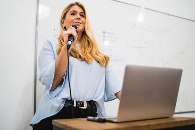 Geschäftsfrau, die arbeitsplan in der konferenz erklärt.