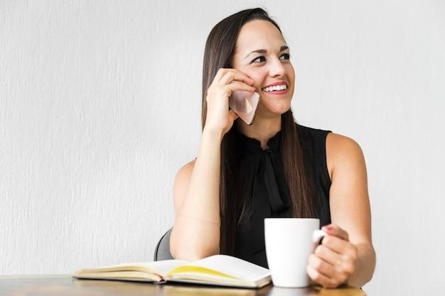 Geschäftsfrau, die arbeitsprojekte bespricht