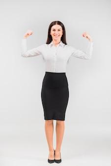 Geschäftsfrau, die armmuskeln zeigt