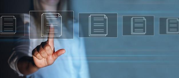 Geschäftsfrau, die auf einen virtuellen modernen bildschirm mit gesetzesvorschriften und compliance-regeln zeigt