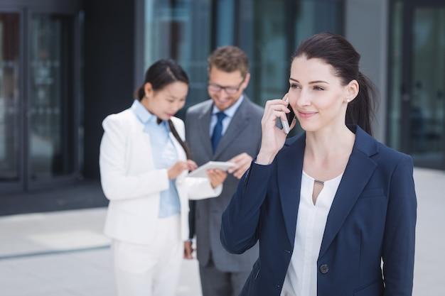 Geschäftsfrau, die auf handy spricht