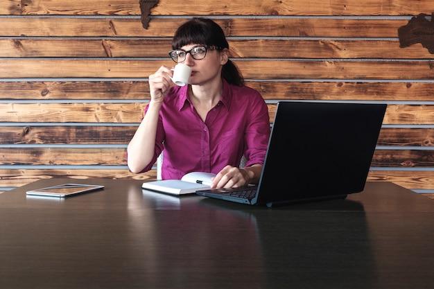 Geschäftsfrau, die auf ihre arbeit sich konzentriert