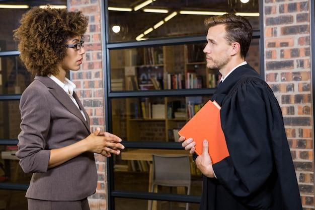 Geschäftsfrau, die auf rechtsanwalt im büro einwirkt