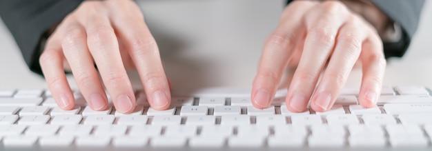 Geschäftsfrau, die auf tastaturcomputer schreibt