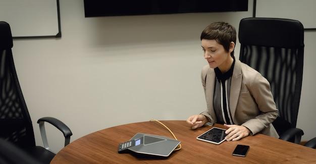 Geschäftsfrau, die auf telefonkonferenz spricht