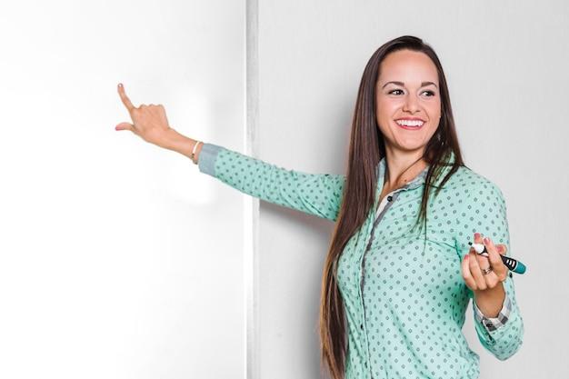 Geschäftsfrau, die auf whiteboard zeigt