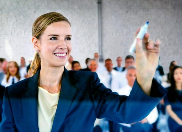 Geschäftsfrau, die bei einer konferenz sich darstellt