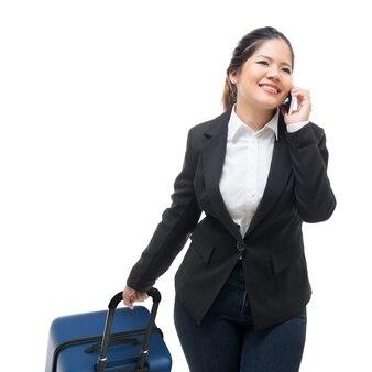 Geschäftsfrau, die beim tragen von gepäck telefoniert