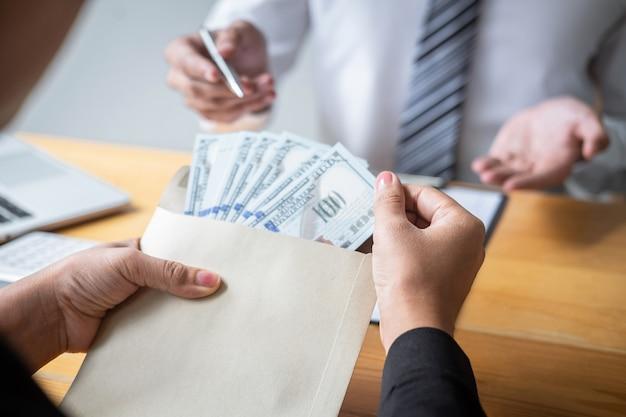 Geschäftsfrau, die bestechungsgeld in form von dollarnoten gibt, während erfolg den deal zur vertragsvereinbarung gibt