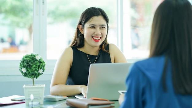 Geschäftsfrau, die bewerberin für vorstellungsgespräch bittet