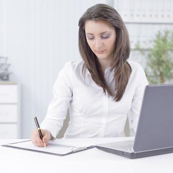 Geschäftsfrau, die den finanzplan analysiert