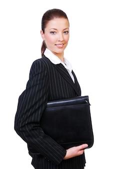 Geschäftsfrau, die den schwarzen ordner auf einem weißen raum hält