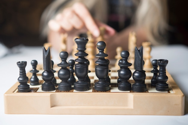 Geschäftsfrau, die denkt, wie man schachkonzept-geschäftsstrategie für gewinn spielt