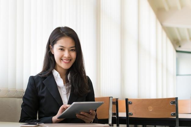 Geschäftsfrau, die die tablette verwendet