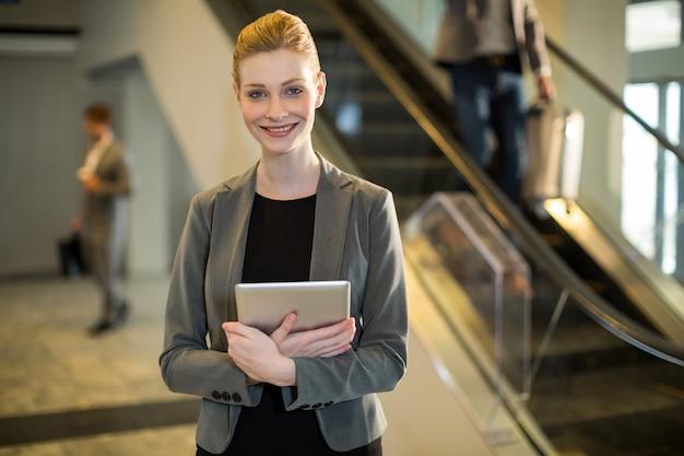 Geschäftsfrau, die digitales tablett hält