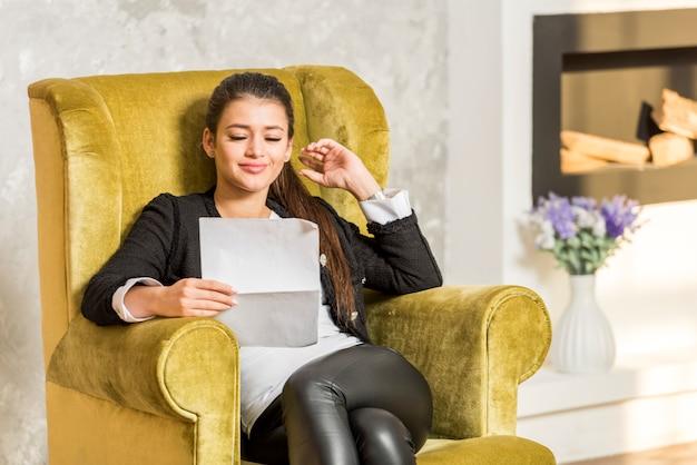 Geschäftsfrau, die dokument liest