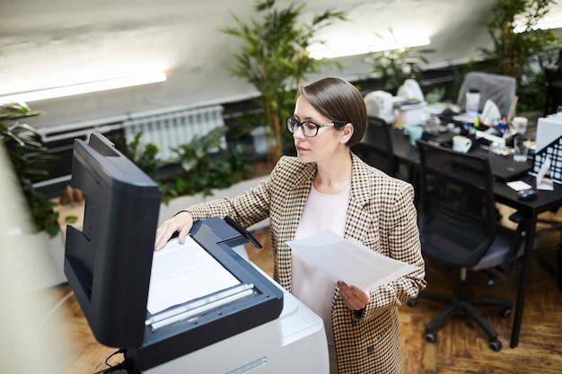 Geschäftsfrau, die dokumente scannt
